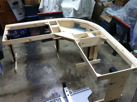 construire un bureau en bois diy un magnifique bureau informatique monté sur vérins