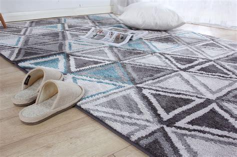 tapis design salon pas cher tapis rose fushia tapis noir