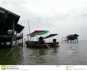 Haus Auf Dem Wasser : hausfloss auf dem wasser stockfoto bild von himmel haus 60252124 ~ Markanthonyermac.com Haus und Dekorationen