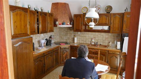 changer porte d armoire de cuisine aidez moi à moderniser cette cuisine rustique