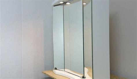 spiegel mit schräge badezimmer spiegelschrank mit beleuchtung alibert