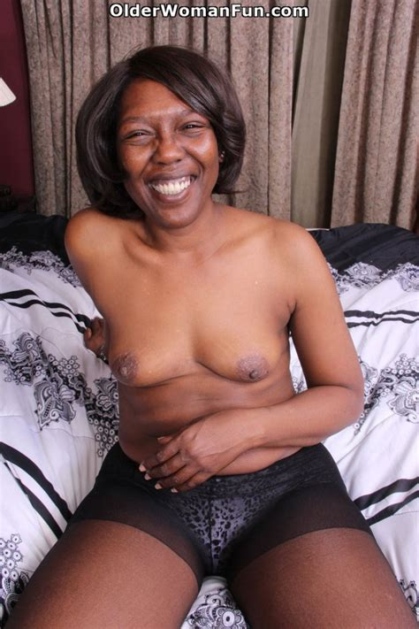 Year Old Ebony Milf Amanda Strips Off And Starts Dildoing By Olderwomanfun