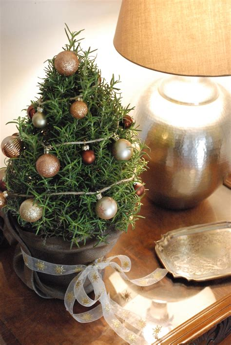 christmas decorating ideas  ways  decorate mini trees