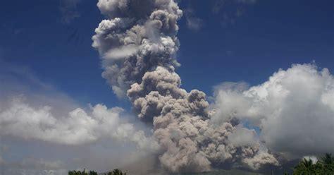huge explosion  mount mayon volcano creates massive