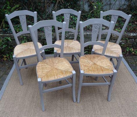 cinq belles chaises paill 233 es rustiques et peintes pour votre cuisine
