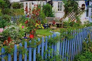 Southern lagniappe the charm of a cottage garden for Cottage garden fence ideas