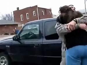 Soldado regresa a casa y sorprende a su madre - YouTube