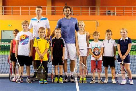 Foto: Gulbis trenējas Valmierā kopā ar jaunajiem tenisistiem | Coat, Lab coat, Jackets