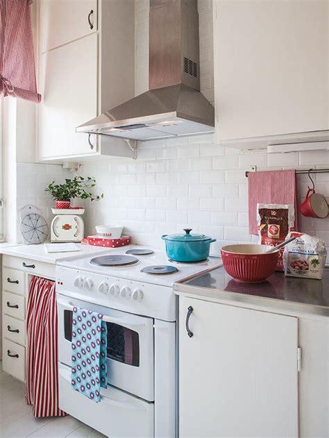 una cocina  toques rojos en  cocinas pinterest