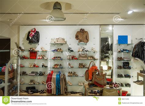 int 233 rieur de magasin de chaussures de v 234 tements sport et photo stock image 36511230