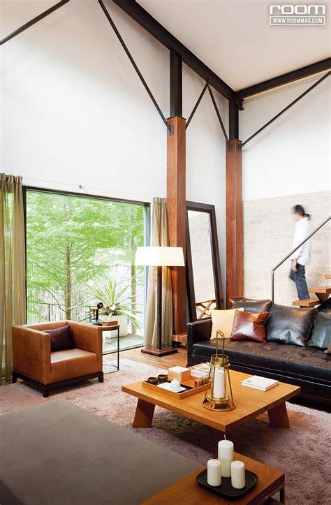มุมรับแขกดูสูงโปร่งด้วยการออกแบบให้ฝ้าเพดานเชื่อมต่อกับ ...