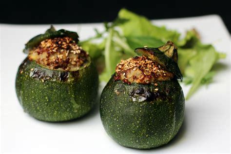 comment cuisiner des courgettes rondes courgettes rondes farcies au quinoa bio et sens