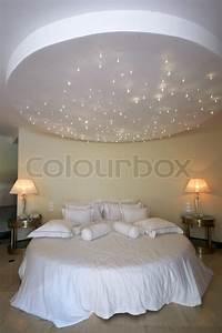 Himmel über Bett : decke wie ein sternen himmel ber rund doppelbett stock foto colourbox ~ Buech-reservation.com Haus und Dekorationen