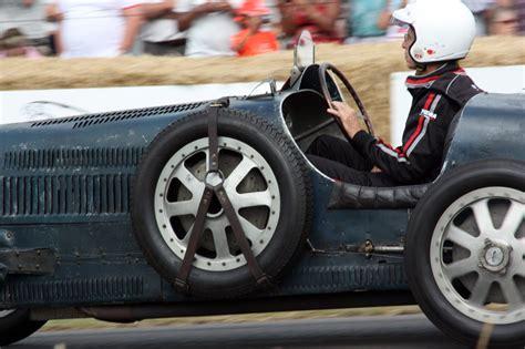 Un bugatti veyron haciendo burnouts sin compasión. Q3: bugatti burnout