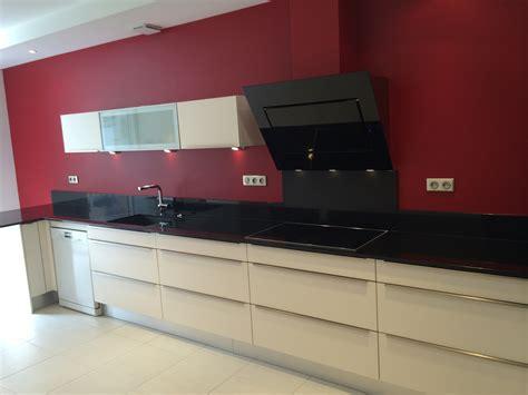 cuisine avec plan de travail noir réalisation d 39 une cuisine avec façade mélaminé brillant et hotte inclinée falmec avec aspezia
