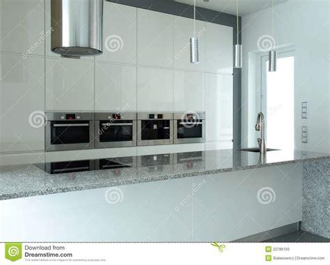 cuisine appareil cuisine blanche avec les appareils intrinsèques photos
