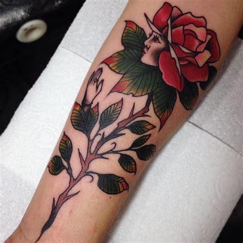 modele tatouage bras fleur rose avec visage profil  sa
