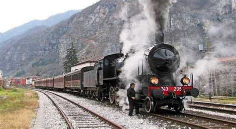 la carrozza matta in treno a vapore con la bici al seguito per un escursione