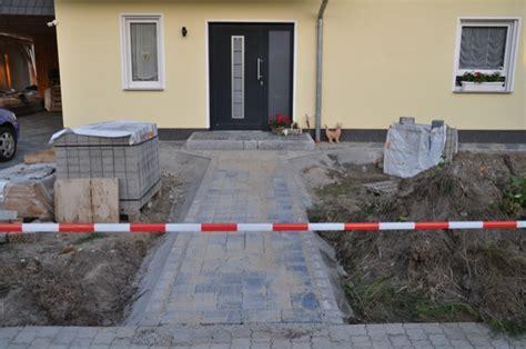 Neuer Grundstückseingang Pflasterung Gehweg & Zaun