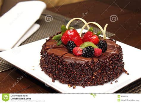 g 226 teau de chocolat avec la d 233 coration de fruit frais photo stock image 41498426