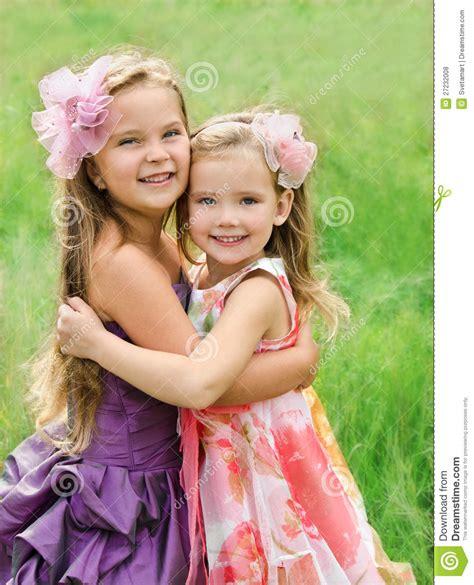 verticale de deux petites filles mignonnes de embrassement photos libres de droits image 27232008