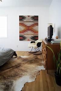 Teppich Schlafzimmer : kuhfell teppich ein frischer interieur akzent ~ Pilothousefishingboats.com Haus und Dekorationen
