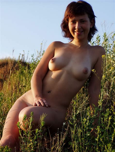 Nice short-haired girl with very lovely boobs posing naked outdoors | Russian Sexy Girls