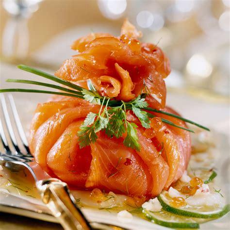 recette cuisine femme actuelle ballotin de saumon fumé à l 39 avocat et aux herbes facile