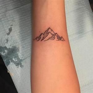 Tatouage Homme Petit : 1001 dessins originaux de tatouage montagne ~ Carolinahurricanesstore.com Idées de Décoration