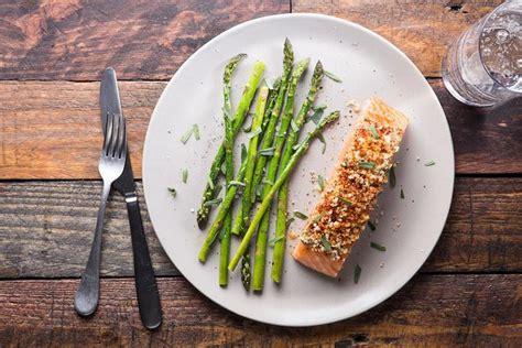 cuisiner pavé saumon préparez vous des papillotes de saumon et asperges pour