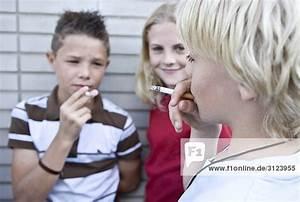 Haarfarbe Kind Berechnen : kinder rauchen zigaretten close up lizenzpflichtiges bild bildagentur f1online 3123955 ~ Themetempest.com Abrechnung