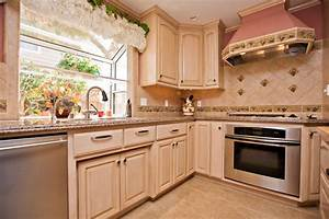Wine, Themed, Kitchen, With, Wine, Cooler, And, Grape, Tile, Details
