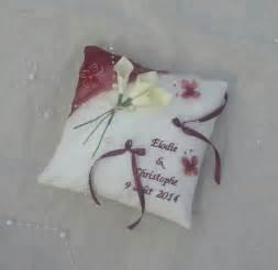 coussin de mariage coussin mariage ivoire bordeaux bouquet d 39 arums accessoires de maison par saperlipopette creations