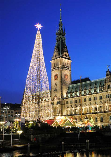 weihnachtsbaum alster 0598 1324 blaue stunde hamburger rathaus in der abendd 228 mmerung weihnachtsbaum mit