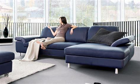 canapé cuir bleu un canape bleu en cuir chez soi de seanroyale