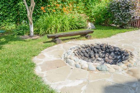 steine für feuerstelle feuerstelle anlegen diese 20 ideen sorgen f 252 r lagerfeuerromantik