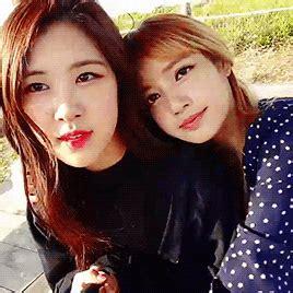 Blackpink (gif)  Rosé 로제 (park Chaeyoung 박채영) & Lisa 리사