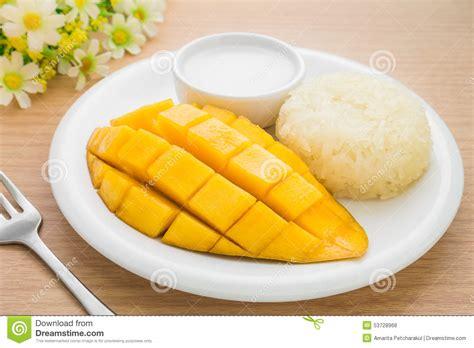 dessert avec noix de coco dessert tha 239 landais mangue m 251 re et riz collant avec du lait de noix de coco photo stock image