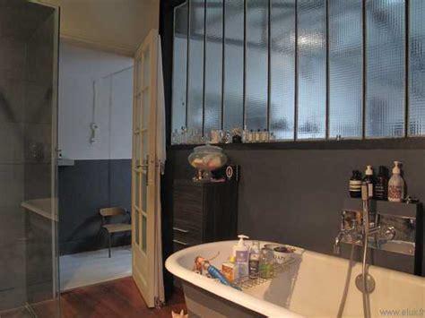 salle de bain avec vitrage atelier
