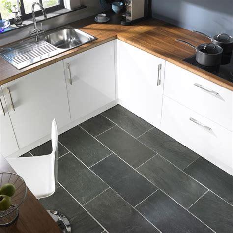 white kitchen grey tiles 214 tletek kis konyh 225 k berendez 233 s 233 hez konyhasziget 1384
