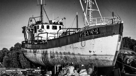 Kapal Laut Hitam Putih infotiket com