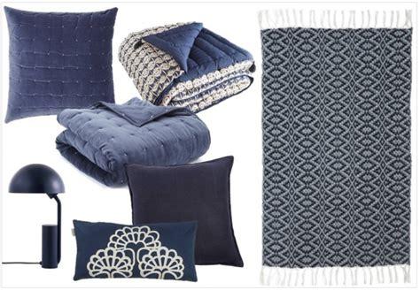 autour d un canape une touche de bleu marine dans la déco joli place