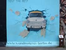 peinture de trabant de birgit kinder sur berlin wall dans la galerie de c 244 t 233 est berlin photo