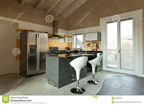 cuisine ile de île de cuisine avec deux tabourets photo libre de droits