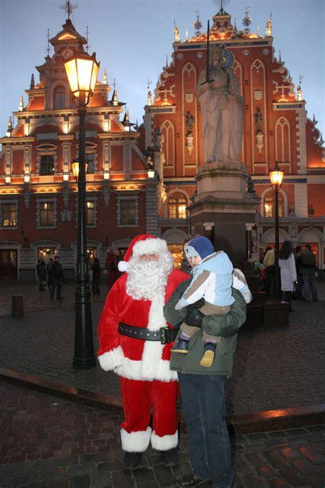 santa claus visits home    christmas tree riga
