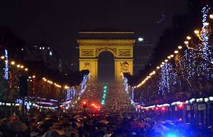 Eve Paris : people gather at champs elysees avenue in paris to celebrate the new year metro uk ~ Buech-reservation.com Haus und Dekorationen