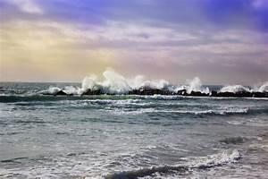 Grande Marea Potente In Tempo Della Tempesta Di Azione In