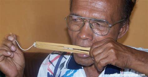 Cara memainkan dan cara menghasilkan bunyi alat musik tifa. Daftar Kesenian Tradisional Papua yang Bikin Takjub Wisatawan
