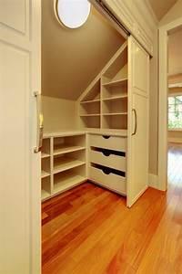 le placard sous pente trouvez une inspiration With peindre des poutres en bois 11 mezzanine idees pour utiliser la hauteur sous plafond