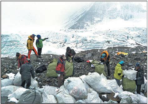 people collect garbage   north slope  qomolangma